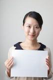 Jonge dame met een leeg document Stock Afbeelding