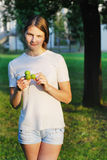 Jonge dame met kastanjes Stock Afbeelding