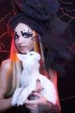 Jonge dame met kat. Stock Afbeelding
