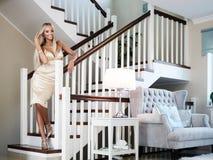 Jonge dame met luxejuwelen in modern binnenland royalty-vrije stock fotografie