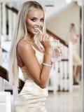 Jonge dame met luxejuwelen in modern binnenland royalty-vrije stock afbeeldingen