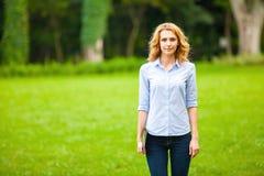 Jonge dame met tablet in park Royalty-vrije Stock Foto's