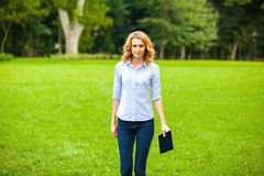 Jonge dame met tablet in park Royalty-vrije Stock Fotografie