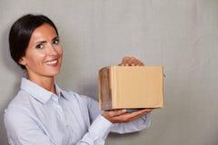Jonge dame met toothy pakket van de glimlachholding stock foto