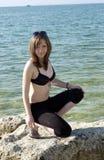 Jonge dame op een rots dichtbij overzees [04] Royalty-vrije Stock Fotografie