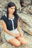 Jonge dame op stenen Royalty-vrije Stock Afbeeldingen