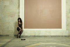 Jonge dame in paleis stock fotografie
