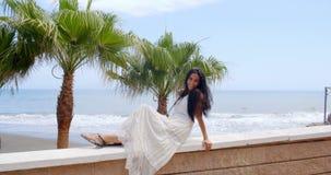 Jonge Dame Relaxing op Balkonsporen bij het Strand stock footage