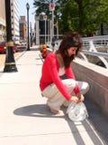 Jonge dame in stad    Stock Afbeeldingen