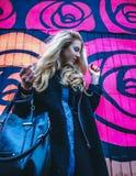 Jonge dame tegen kleurrijke achtergrond Stock Afbeeldingen