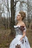 Jonge dame in uitstekende witte kleding in het bosportret Royalty-vrije Stock Afbeeldingen