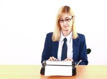 Jonge Dame Writing On Typewriter stock fotografie