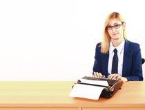 Jonge Dame Writing On Typewriter royalty-vrije stock fotografie
