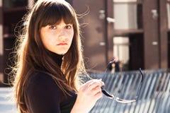 Jonge dame in zonnige cityscape royalty-vrije stock foto
