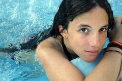 Jonge dame in zwembad Royalty-vrije Stock Afbeeldingen