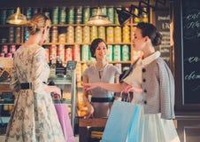 Jonge dames die in een bakkerij winkelen stock afbeeldingen