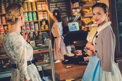 Jonge dames die in een bakkerij winkelen royalty-vrije stock afbeeldingen