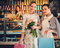 Jonge dames die in een bakkerij winkelen stock fotografie
