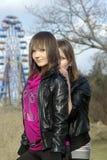 Jonge dames en een ferriswiel [1] Stock Foto's