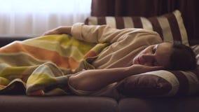 Jonge dameslaap in het bed in de slaapkamer stock videobeelden
