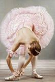 Jonge danser die haar pantoffels bevestigt royalty-vrije stock afbeelding