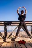 Jonge danser die in mid-air op de brug, stedelijk landschap op de achtergrond springen royalty-vrije stock fotografie