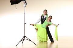 Jonge dansers die in studio stellen Stock Foto