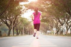 Jonge de agentatleet die van het sportmeisje bij weg lopen Sport en oefeningsconcept royalty-vrije stock fotografie