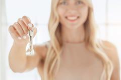 Jonge de flatmakelaardij van de vrouwenhuur royalty-vrije stock afbeeldingen