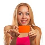 Jonge de giftkaarten van de vrouwenholding Royalty-vrije Stock Afbeeldingen
