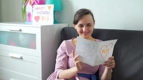 Jonge de Groetkaart van de Vrouwenlezing op Moedersdag stock videobeelden