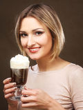 Jonge de koffie latte kop van de vrouwenholding stock fotografie