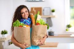 Jonge de kruidenierswinkel van de vrouwenholding het winkelen zak met Stock Afbeelding