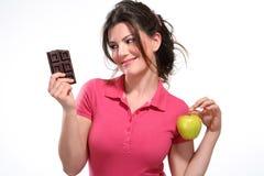 Jonge de maaltijdchocolade van het vrouwendieet stock afbeelding