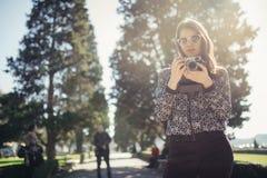 Jonge de straatfotograaf die van de hipstertoerist kleurrijk Lissabon bezoeken Het genieten van het van kleurrijke en bezige stad royalty-vrije stock foto's