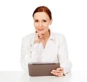 Jonge de tabletcomputer van de vrouwenholding Royalty-vrije Stock Foto's