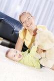 Jonge decoratieve mammaspelen met haar zoon. Royalty-vrije Stock Afbeelding