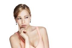 Jonge denkende vrouw die aan kant kijkt royalty-vrije stock afbeelding