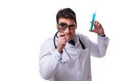 Jonge die arts met een vergrootglas en een spuit op w wordt geïsoleerd Royalty-vrije Stock Fotografie