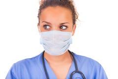 Jonge die arts met masker en stethoscoop op witte backgro wordt geïsoleerd royalty-vrije stock afbeelding