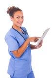 Jonge die arts met stethoscoop en tablet op witte backg wordt geïsoleerd stock foto
