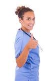Jonge die arts met stethoscoop op witte achtergrond wordt geïsoleerd stock fotografie