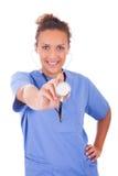 Jonge die arts met stethoscoop op witte achtergrond wordt geïsoleerd stock afbeelding