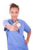 Jonge die arts met stethoscoop op witte achtergrond wordt geïsoleerd stock afbeeldingen