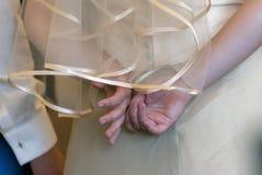 Jonge die bruidspelen met de ring van liefde aan hem door groo wordt gegeven royalty-vrije stock fotografie