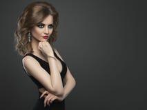 Jonge die de manierstudio van de schoonheidsvrouw op donkere achtergrond wordt geschoten Royalty-vrije Stock Afbeeldingen