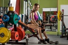 Jonge die geschiktheidsvrouw in de schudbeker van de gymnastiekgreep met sportieve nutri wordt vermoeid Royalty-vrije Stock Fotografie