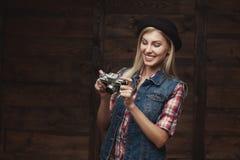 Jonge die hipstervrouw in funky kleren op witte achtergrond wordt geïsoleerd royalty-vrije stock foto's