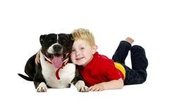 Jonge die jongen en hond op een witte achtergrond wordt geïsoleerd Stock Fotografie