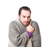 Jonge die mens met koude in deken wordt verpakt Stock Afbeelding